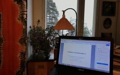 Etäopetusta opiskelemassa